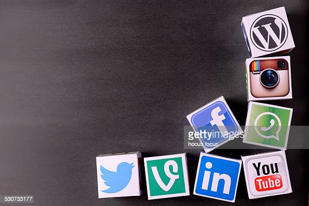 Social-media-Würfel auf Tafel