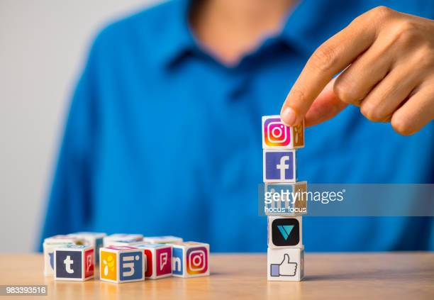 cubos de medios sociales - like button fotografías e imágenes de stock