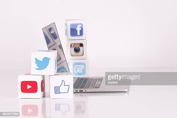 Social Media Cubes with Mobile Devices