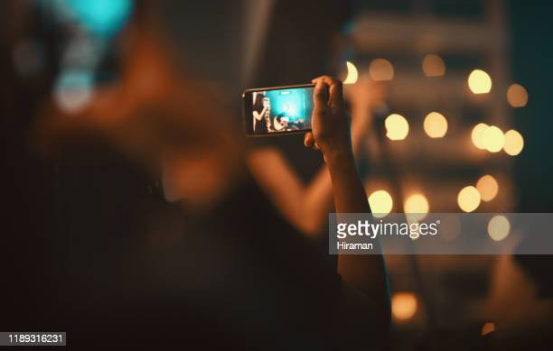 ソーシャルメディアはこれを見る必要があります - ポップコンサート ストックフォトと画像