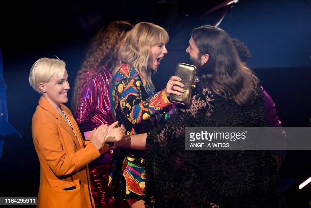 Social media personality Hannah Hart US singersongwriter Taylor Swift and TV personality hairdresser Jonathan Van Ness talk during 2019 MTV Video...