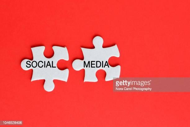social media text on jigsaw puzzle - social media photos et images de collection