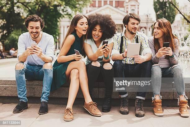 Rede Social conceito com jovens na cidade