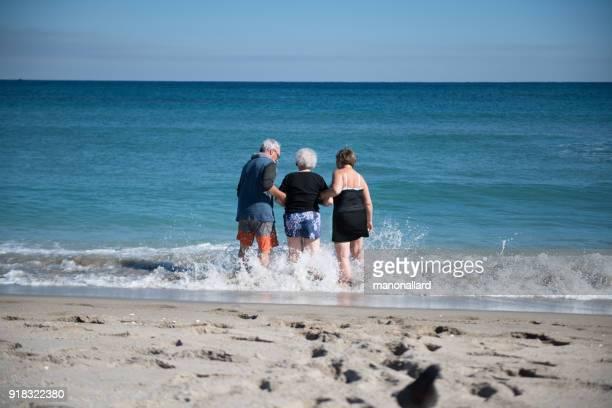 社会シニア 85 歳女性彼女の子供との休暇で