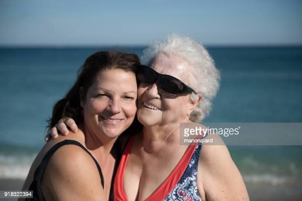 social altos de 85 años de edad mujer en vacaciones con su hija - 50-59 years and women only fotografías e imágenes de stock