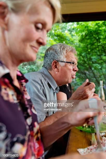 Sozialer Senioren mit Abendessen im Sommerhaus.