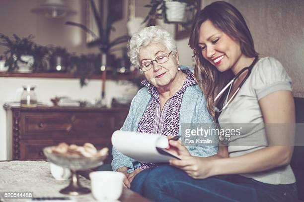 Trabajador Social está de visita en una mujer mayor