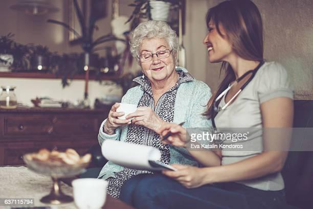 Assistente Social é visitando uma Idosa