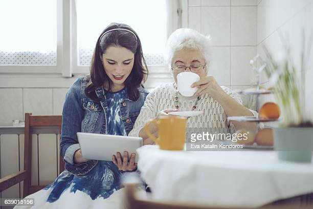 social worker is visiting a senior woman - bezoek stockfoto's en -beelden