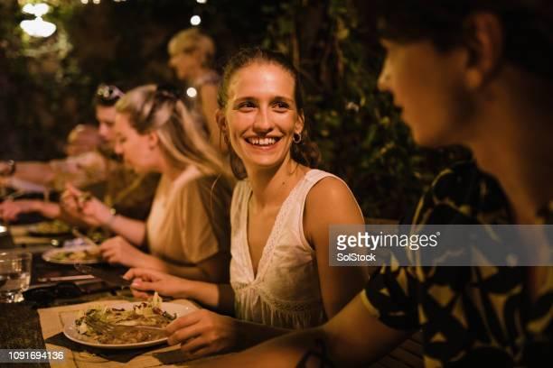 socializar una comida al aire libre - cultura italiana fotografías e imágenes de stock