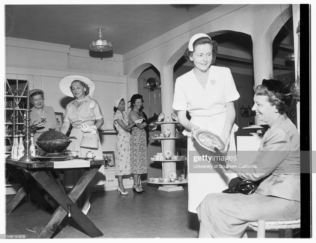 Society...Assistance League, 1951. : Fotografía de noticias