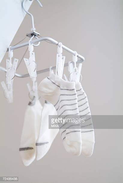 socks hanging to dry - 乾かす ストックフォトと画像