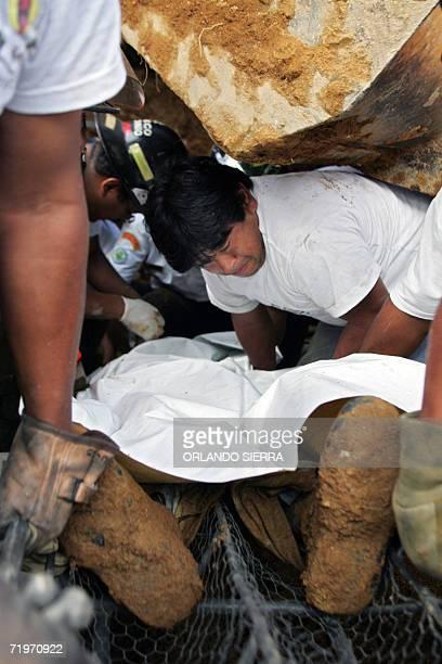 Socorristas trabajan en el rescate de los cuerpos de cinco hombres y una mujer que murieron soterradas en el km 25 de la carretera a El Salvador a la...