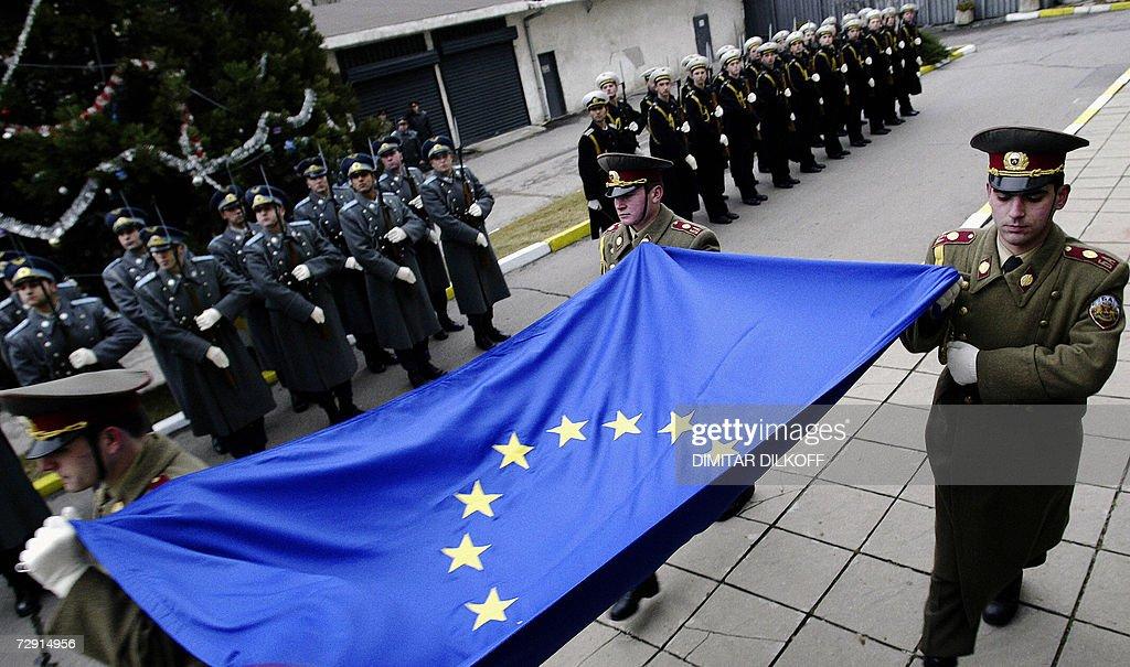 Bulgarian guardsmen carry the EU flag du : News Photo