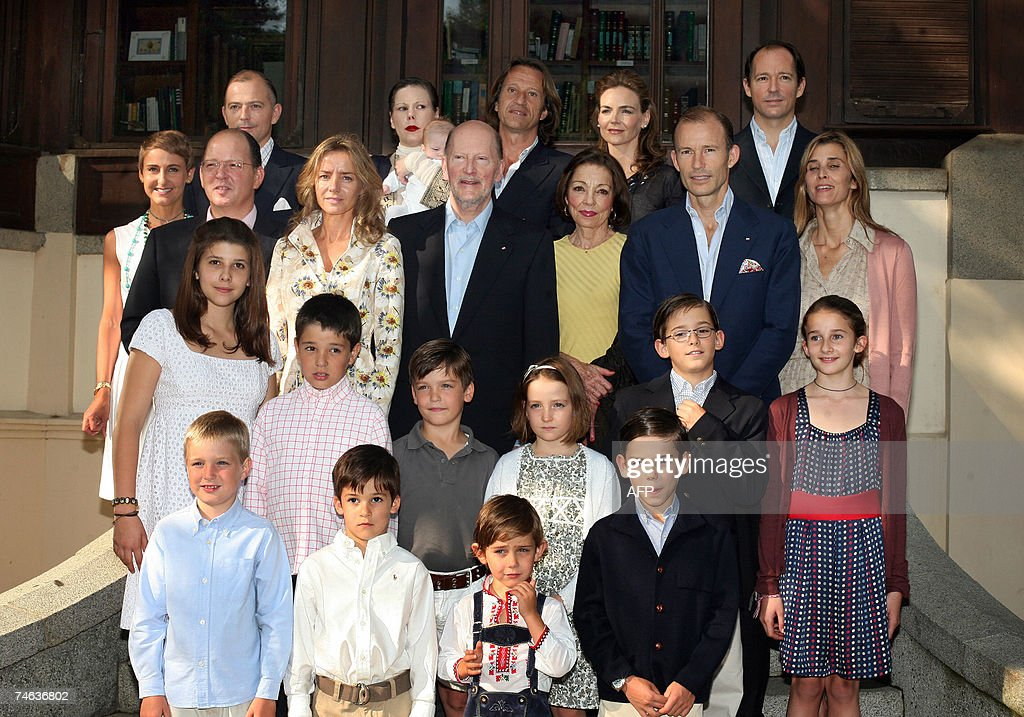 Bulgaria's ex-King and former Prime Minister Simeon Saxe-Coburg (C) and his wife Margarita Gomez Acebo (C) and all the Bulgarian Royal Family pose during an official photo session at the Vrana Residency in Sofia, 15 June 2007. The Bulgarian Royal Family get all together for a first ever time to celebrate the 70th Birthday of Bulgaria's ex-King and former Prime Minister Simeon Saxe-Coburg on 16 June 2007.