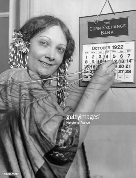 Sofia Charlesboi soprano entoure le vendredi 13 sur le calendrier jour qui ne lui fait pas peur à New York City EtatsUnis en 1922