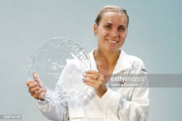Sofia Kenin poses with her 2020 WTA Player of the Year award during the Miami Open at Hard Rock Stadium on March 23, 2021 in Miami Gardens, Florida.