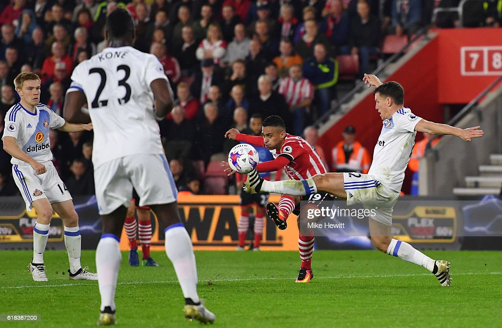 Sofiane Boufal of Southampton (C) scores his sides first goal during the EFL Cup fourth round match between Southampton and Sunderland at St Mary's Stadium on October 26, 2016 in Southampton, England.