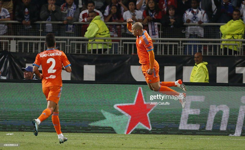 Olympique Lyonnais v Valencia CF - UEFA Champions League : News Photo