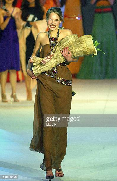 Sofie Oosterwaal of the Netherlands smiles after winning the OLAY Elite Model Look 2004 International Finals in Shanghai 02 December 2004 Dana...