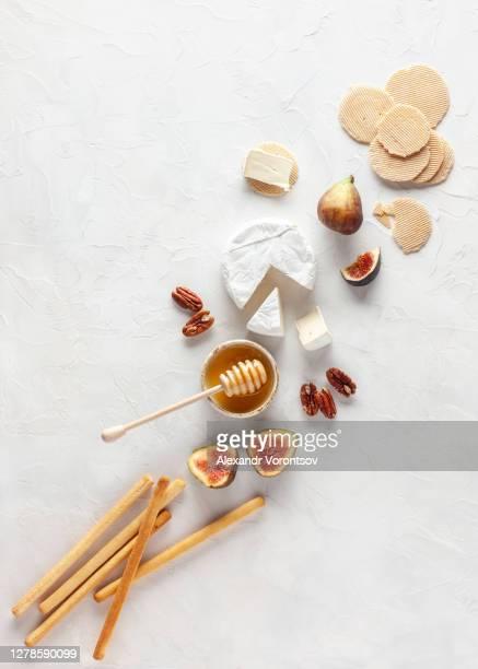 zachte kaas - brie stockfoto's en -beelden