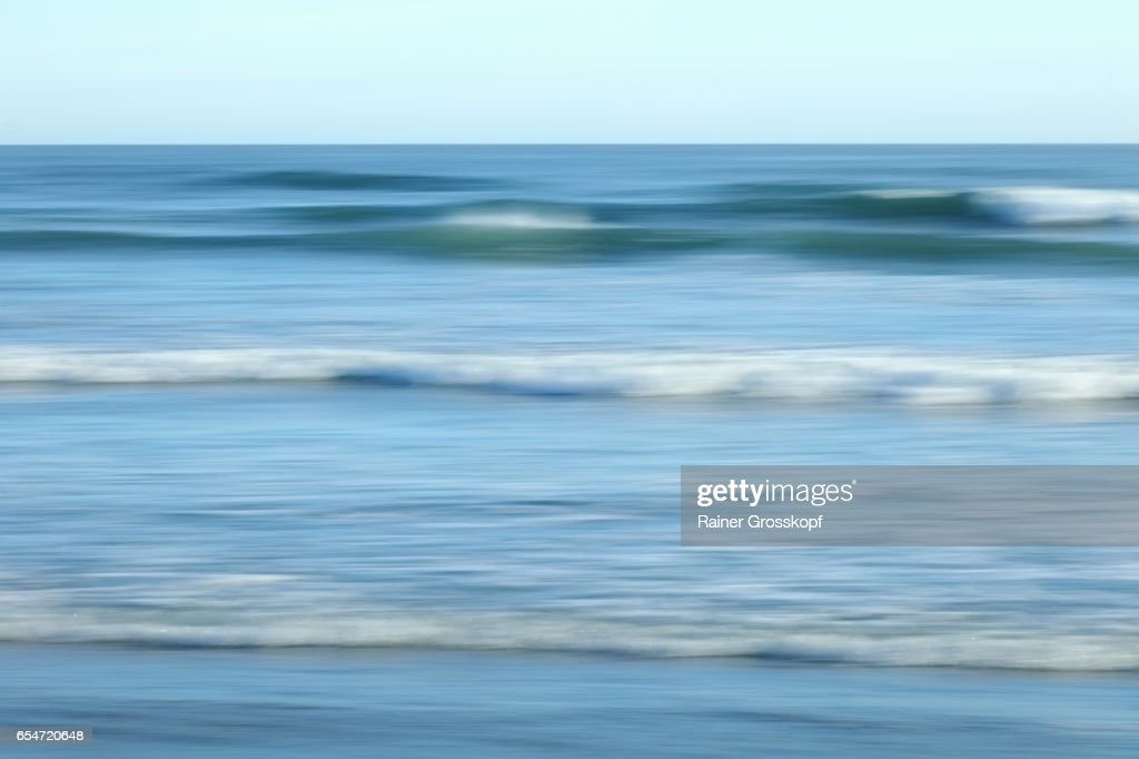 soft waves on a Pacific beach (blurred) : Stock-Foto