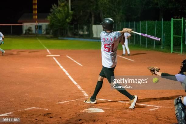 den ball fängt softball-catcher - trefferversuch stock-fotos und bilder