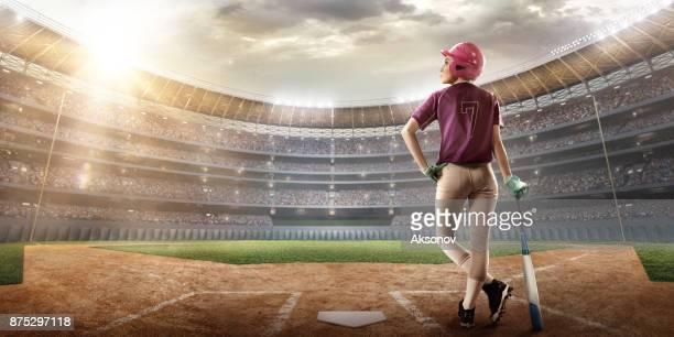 jugadora de softbol sobre un campo profesional - receptor de béisbol fotografías e imágenes de stock