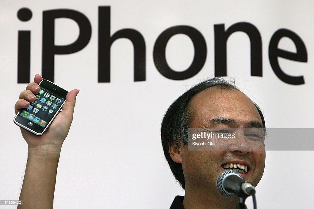 iPhone Goes On General Sale In Tokyo : ニュース写真