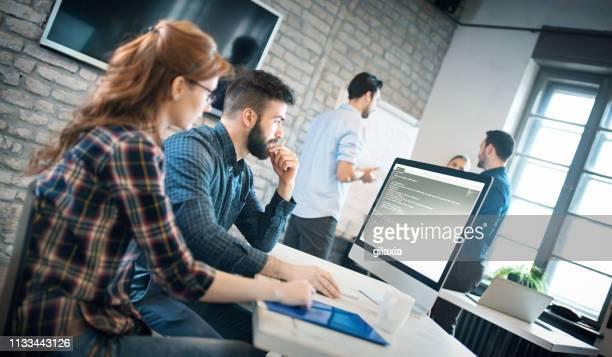 software ontwikkelaars op het werk - netjes informeel stockfoto's en -beelden