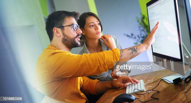 ソフトウェア開発者は、いくつかの研究を行います。 - ウェブデザイナー ストックフォトと画像