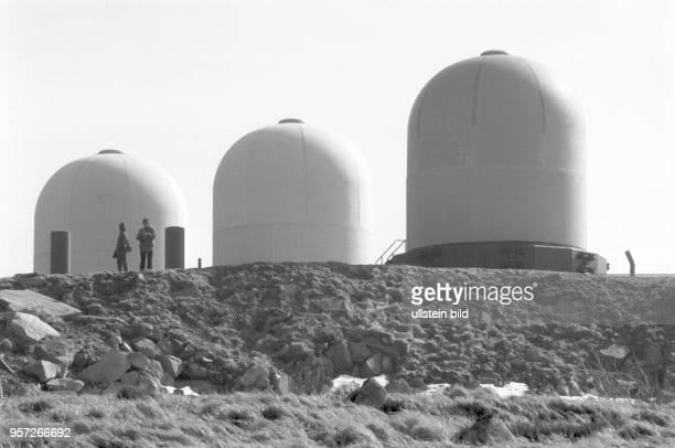 Sogenannte Radome auf dem Brocken aufgenommen im März 1990 Unter den frequenzdurchlässigen Kunststoffkuppeln befanden sich Antennen für die...
