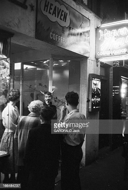 Soho A District Of The West End In London Angleterre Londres 12 juillet 1956 Le quartier se Soho situé dans le West End de la capitale se caractérise...