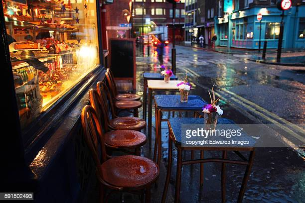 soho cafe in the rain - ロンドン ソーホー ストックフォトと画像