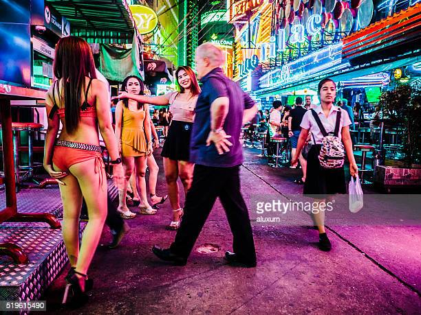 soi cowboy red light district bangkok thailand - prostitutie stockfoto's en -beelden