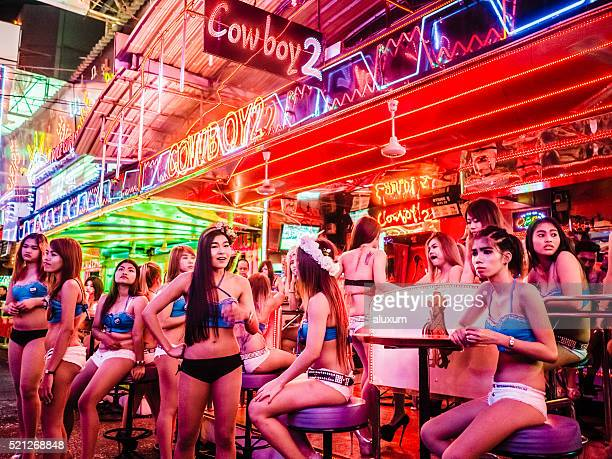 soi cowboy red light district bangkok thailand - hoeren stockfoto's en -beelden
