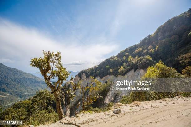 soil erosion by the side of a cliff in trongsa, bhutan - trongsa district stockfoto's en -beelden