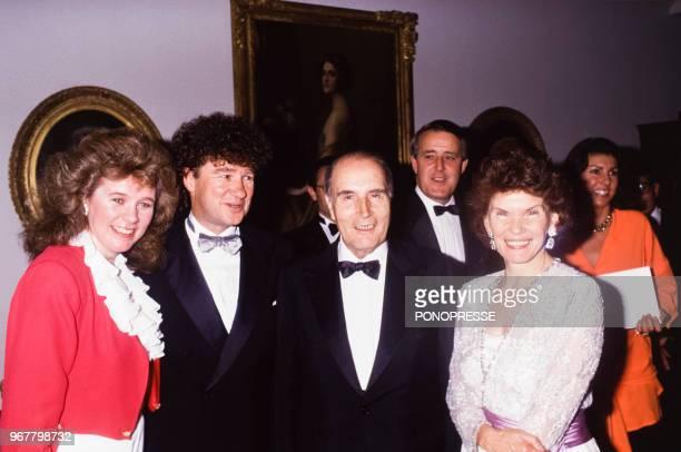 Soirée en l'honneur du président François Mitterrand et son épouse Danielle avec à gauche les chanteurs Edith Butler et Robert Charlebois et le...