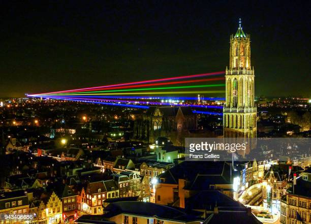 sol lumen, laser beams from the utrecht university campus to the tower of the dom church - frans sellies stockfoto's en -beelden