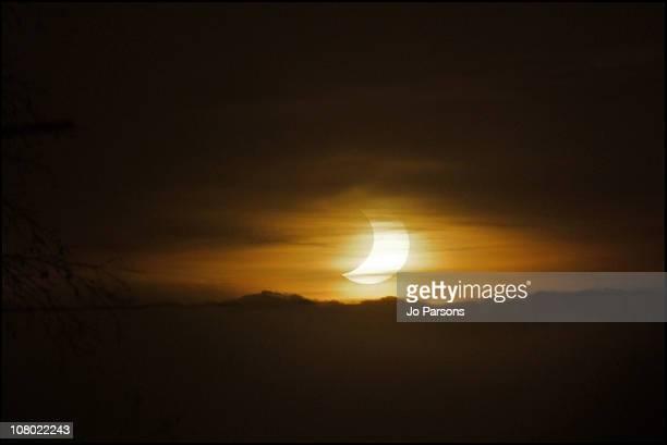 solar eclipse, 4th jan 2011 - イギリス バークシャー ストックフォトと画像