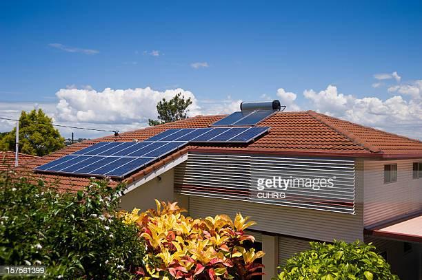 Solarenergie Elektrizität und Warmwasser-System auf Haus Dach