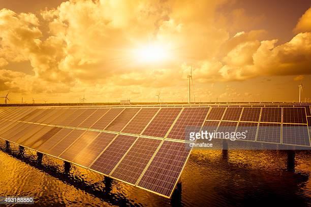 Solarenergie panels und Windturbinen