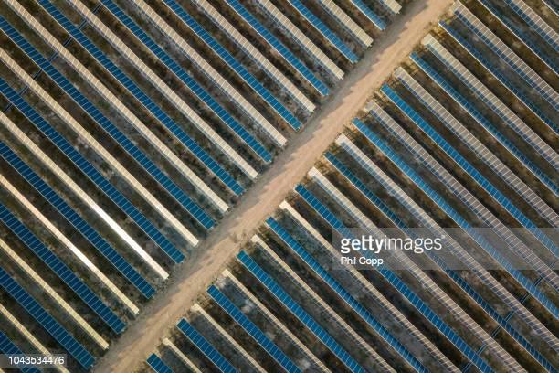 solar farm - townsville australia fotografías e imágenes de stock
