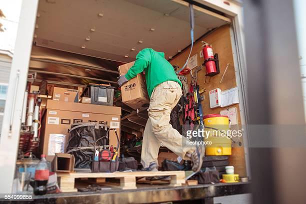 solar panel installation crew member in truck - heshphoto photos et images de collection