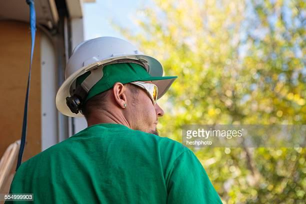 solar panel installation worker, rear view - heshphoto stock-fotos und bilder