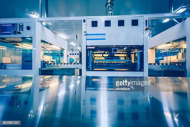 solar panel manufacturing - machinerie stockfoto's en -beelden