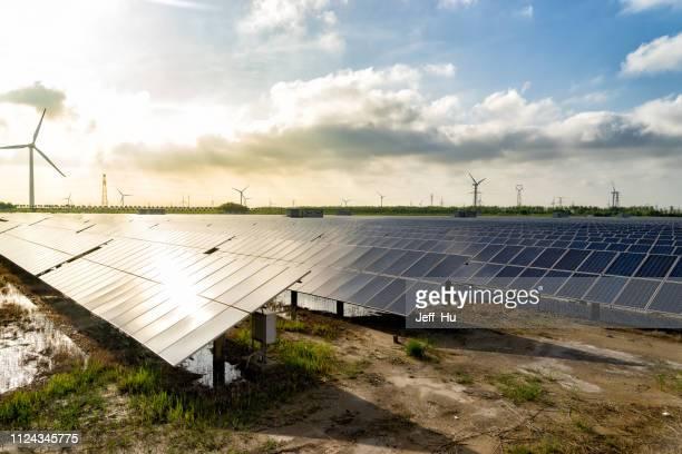 solarzellen und windenergie, saubere energie in der natur - energieindustrie stock-fotos und bilder