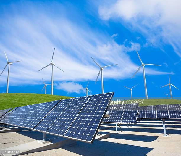 painéis de energia solar e turbinas eólicas do em um campo verde - energia aeólica - fotografias e filmes do acervo