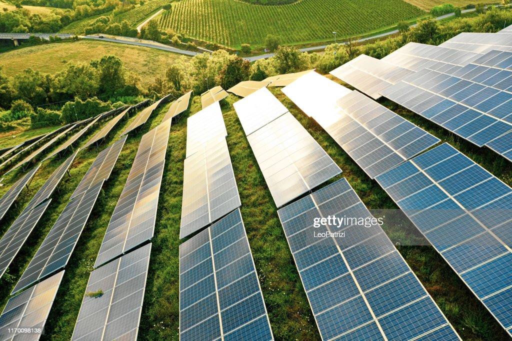 Solpaneler fält på de gröna kullarna : Bildbanksbilder