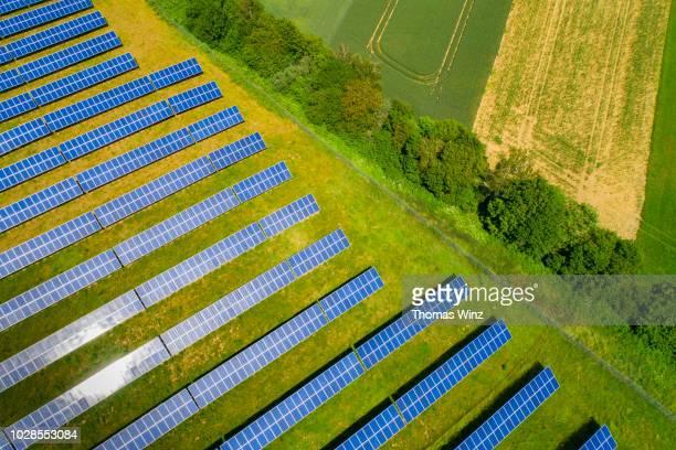 solar panels from above - umweltschutz stock-fotos und bilder